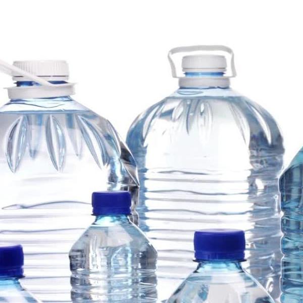 Alerte : certaines eaux en bouteille contaminées par des particules en plastique !